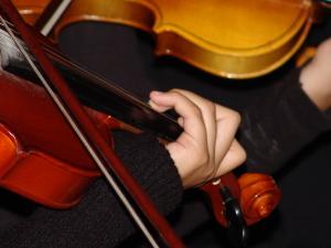 violin-player-1565772